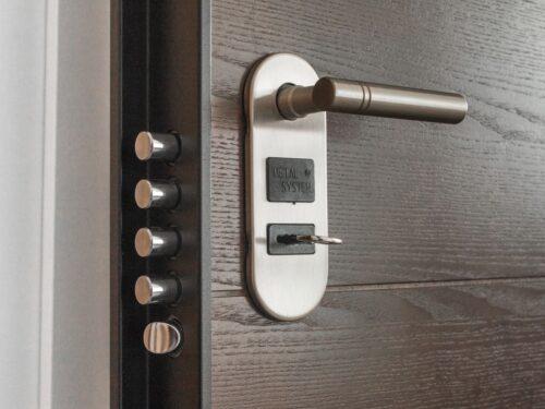 Differenze tra porta blindata e porta corazzata, quale è meglio installare?